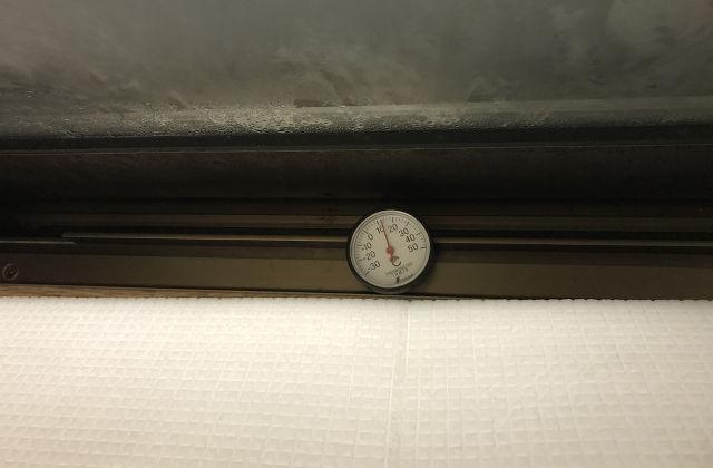 窓と断熱ボードの間の温度