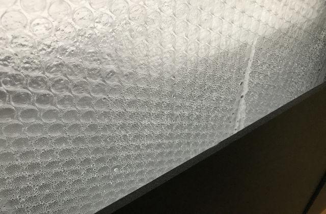 窓の結露にプチプチ