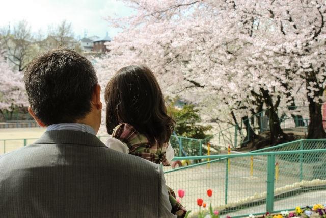 保育園の入園式に向かう父と娘